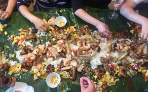 eating with hands in the philippines